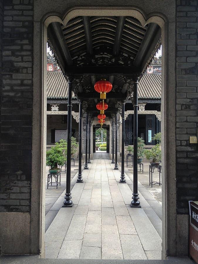 Arquitetura chinesa através da entrada com lanternas imagens de stock