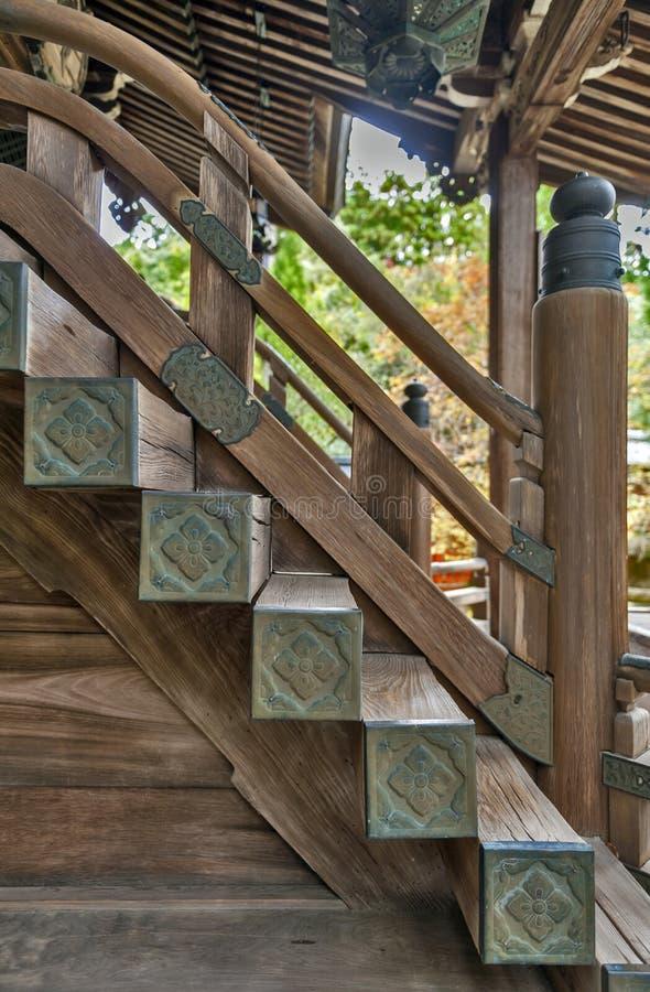 Arquitetura clássica japonesa da escadaria de madeira a um santuário imagens de stock