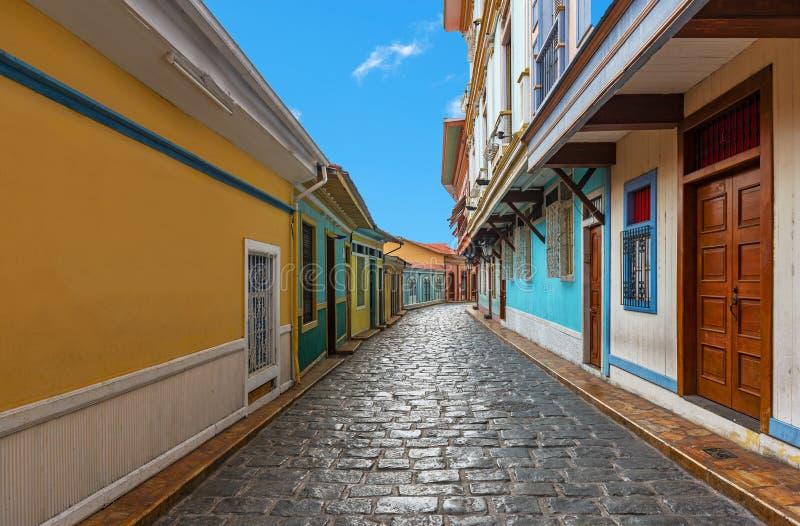 Arquitetura colonial em uma rua de Guayaquil, Equador fotos de stock royalty free