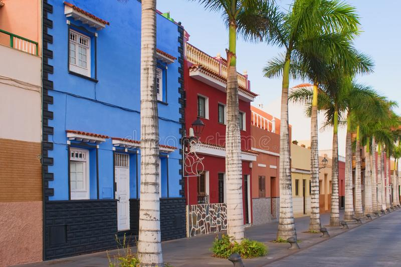 Arquitetura colonial espanhola típica colorida bonita, Puerto de la Cruz, Tenerife, Ilhas Canárias fotografia de stock
