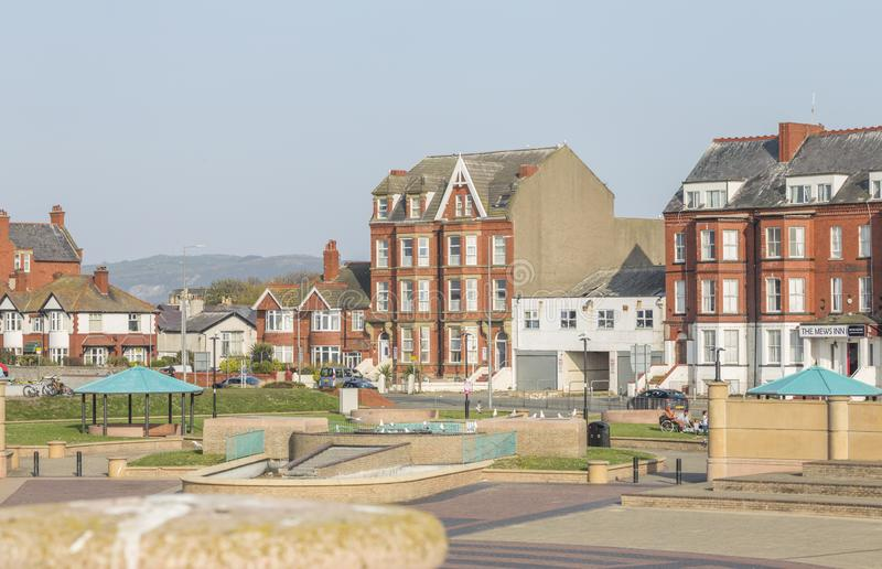 Arquitetura colorida da cidade costeira em Gales norte, Reino Unido foto de stock