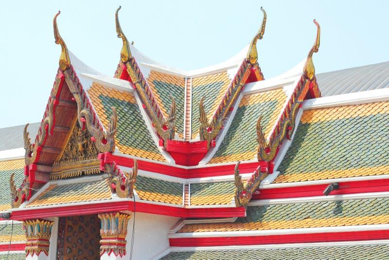 Arquitetura colorida do vértice do frontão das telhas e do ouro de telhado imagens de stock royalty free