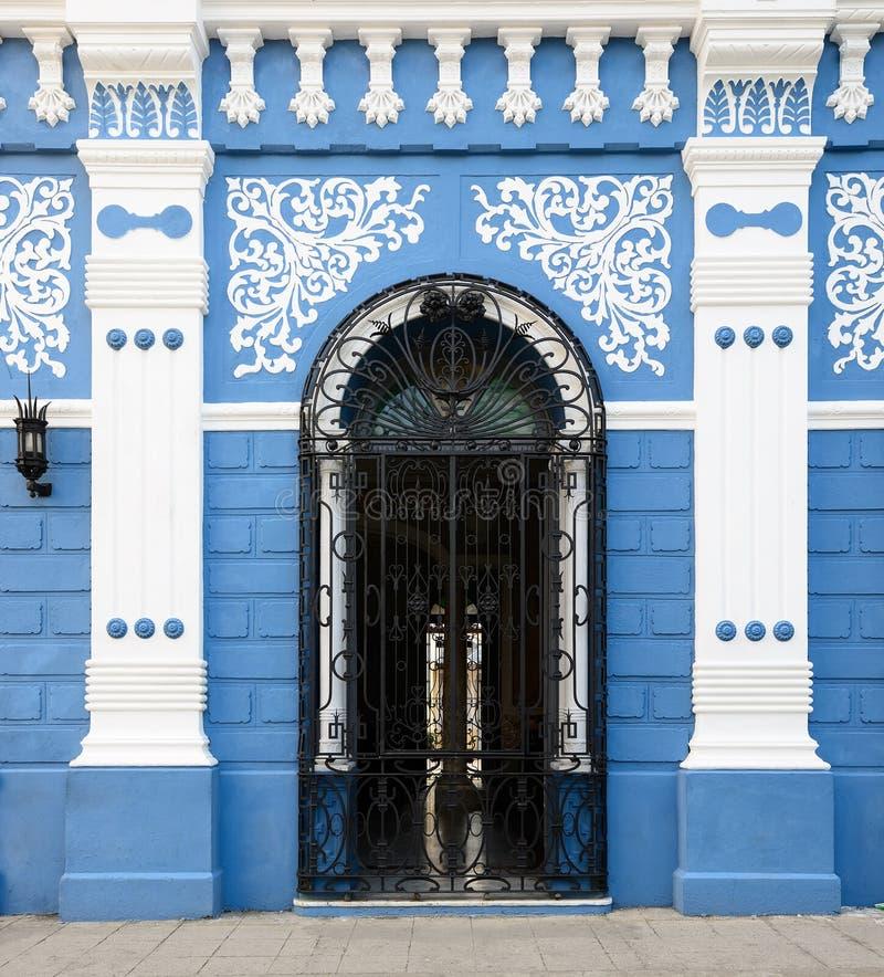Arquitetura cubana colonial típica em Camaguey foto de stock royalty free