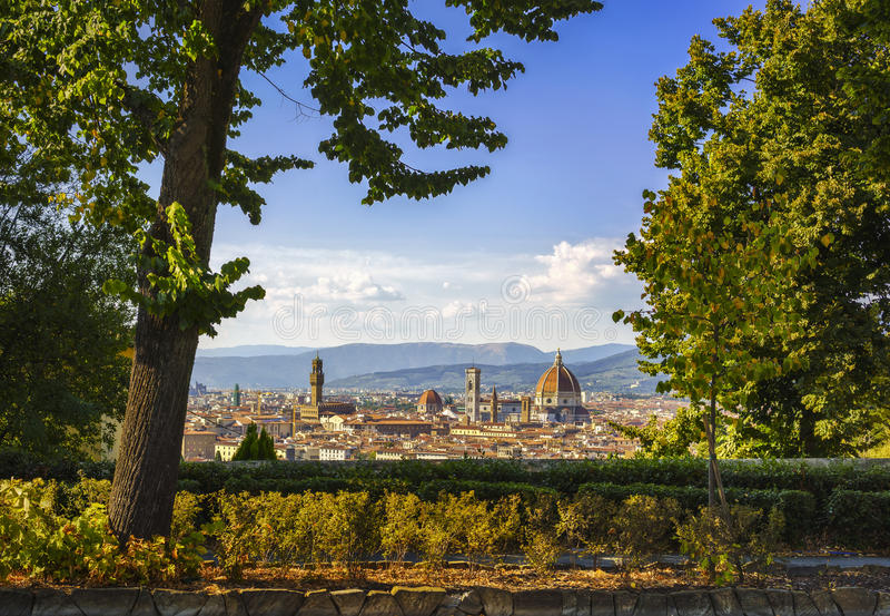 Arquitetura da cidade aérea do por do sol de Florença ou de Firenze de um jardim público fotografia de stock