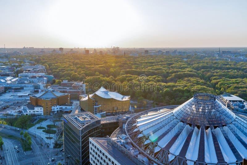 Arquitetura da cidade aérea da noite de Berlim, Alemanha fotografia de stock