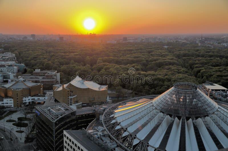 Arquitetura da cidade aérea da noite de Berlim, Alemanha HDR foto de stock royalty free