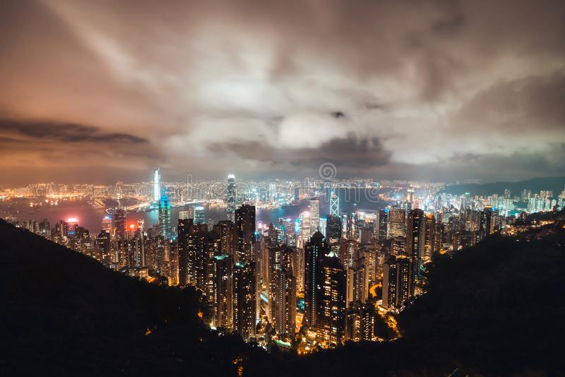 Arquitetura da cidade bonita da ilha de Hong Kong, opinião aérea da noite de Victoria Peak no tempo nebuloso da tempestade imagens de stock royalty free
