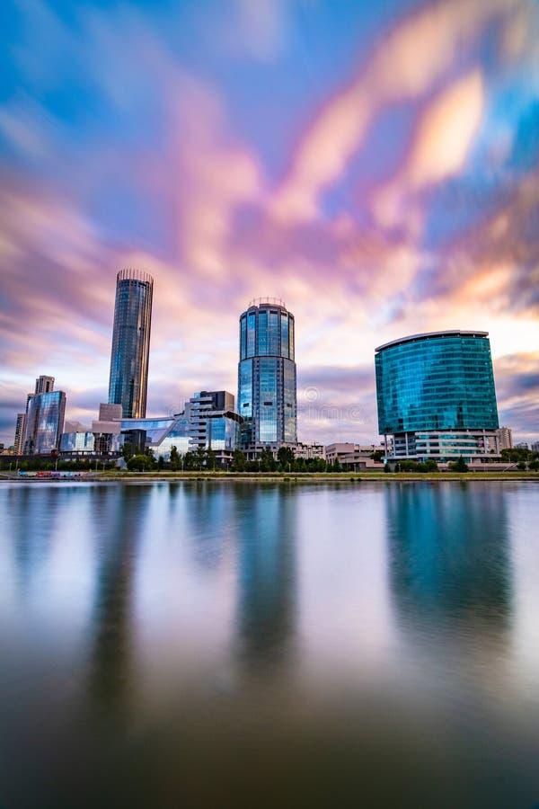 Arquitetura da cidade bonita Yekaterinburg no por do sol com as nuvens azuis e roxas borradas fotos de stock