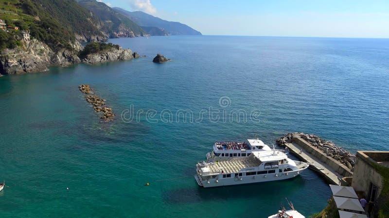 Arquitetura da cidade colorida bonita nas montanhas sobre o mar Mediterrâneo, Europa, Cinque Terre, arquitetura italiana tradicio foto de stock