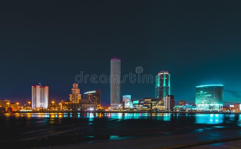 Arquitetura da cidade colorida de Yekaterinburg na noite que reflete na água fotografia de stock