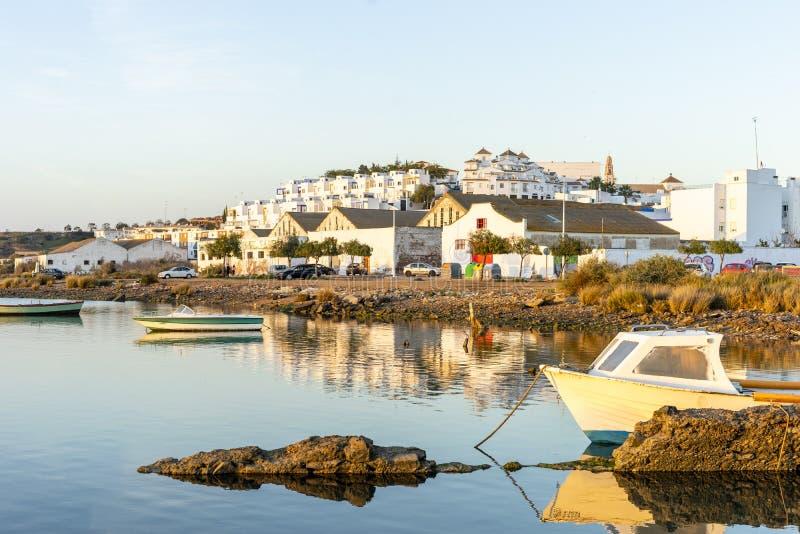 Arquitetura da cidade com barcos dos pescadores, a Andaluzia de Ayamonte, Espanha fotografia de stock