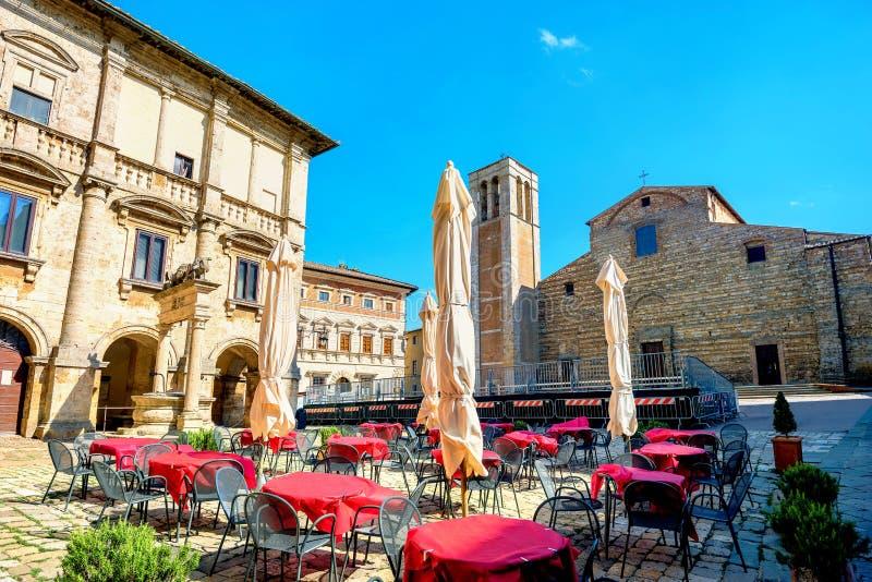 Arquitetura da cidade com café e vista do domo em Piazza Grande em Montep foto de stock