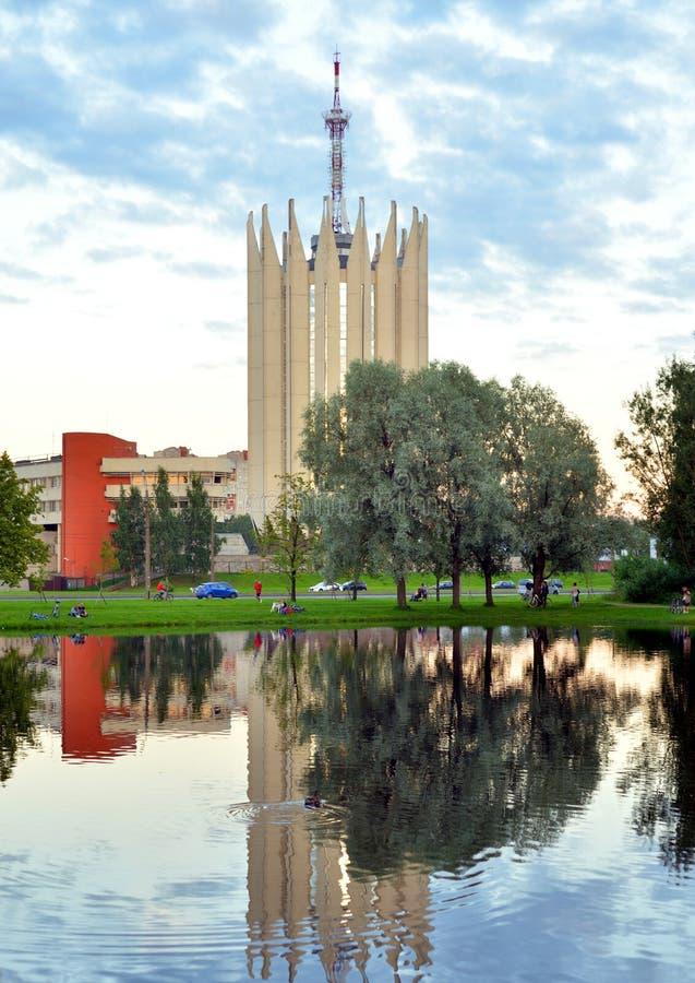 Arquitetura da cidade com lagoa e torre-laboratório ao estilo do modernismo foto de stock royalty free