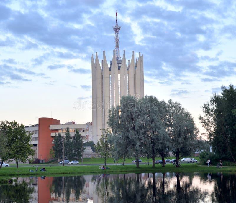 Arquitetura da cidade com lagoa e torre-laboratório ao estilo do modernismo fotos de stock royalty free