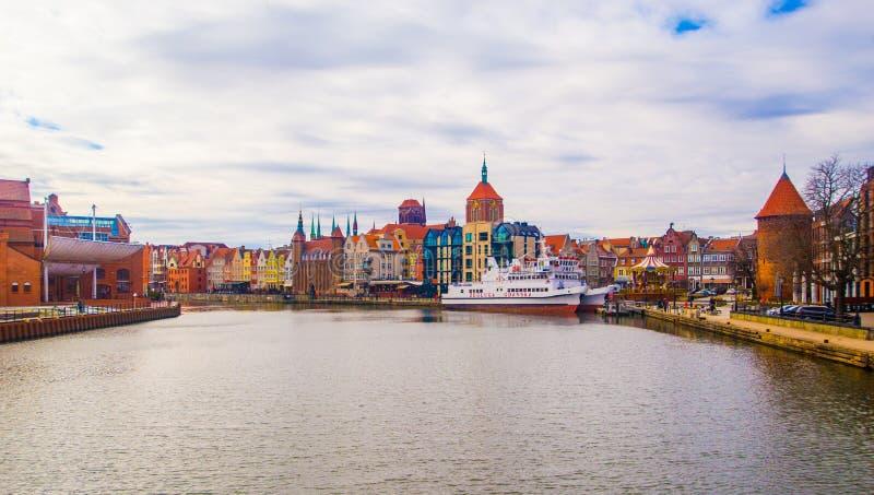 Arquitetura da cidade com o canal velho do porto na cidade velha, Gdansk, Polônia imagem de stock royalty free