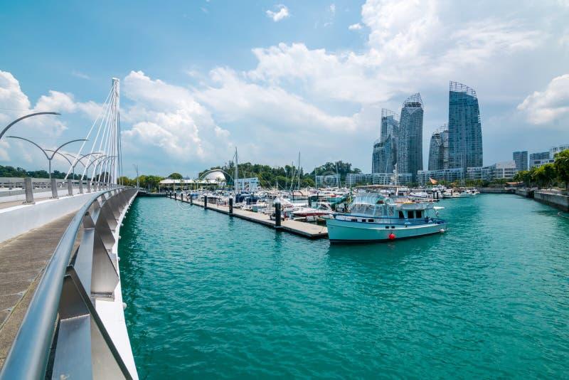 A arquitetura da cidade com opinião dos barcos da ilha de Keppel em Singapura imagem de stock royalty free