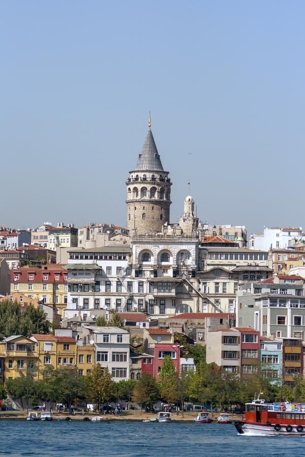 Arquitetura da cidade com torre de Galata e golfo do chifre dourado em Istambul, imagens de stock