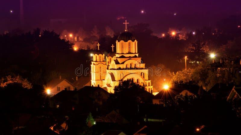 Arquitetura da cidade da noite com a igreja no meio foto de stock