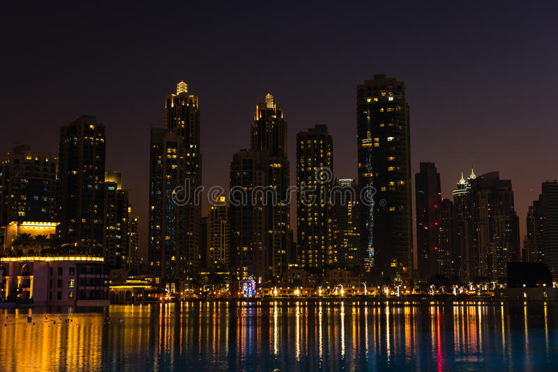 Arquitetura da cidade da noite da cidade de Dubai, Emiratos Árabes Unidos imagens de stock royalty free
