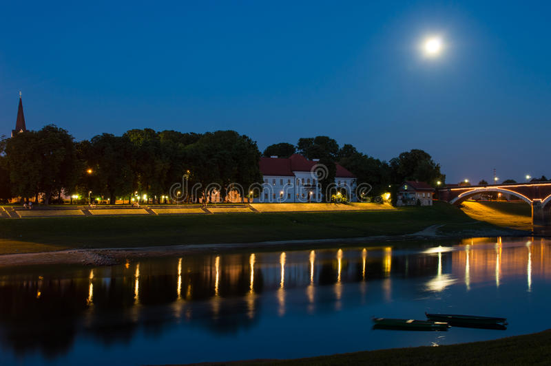 Arquitetura da cidade da noite iluminada pelo luar, Sisak, Croácia imagens de stock royalty free