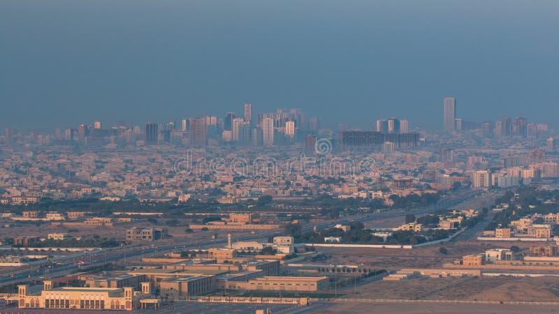 Arquitetura da cidade de Ajman do timelapse do amanhecer do telhado Ajman é o capital do emirado de Ajman em Emiratos Árabes Unid imagens de stock