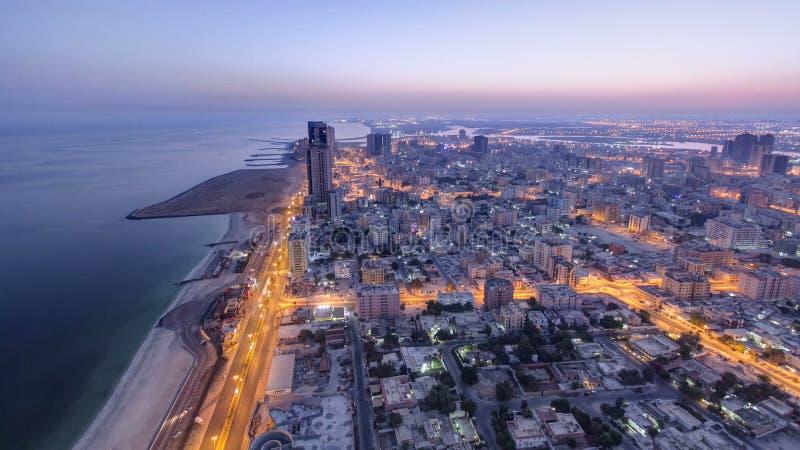 Arquitetura da cidade de Ajman da noite do telhado ao timelapse do dia Ajman é o capital do emirado de Ajman em Emiratos Árabes U imagens de stock royalty free