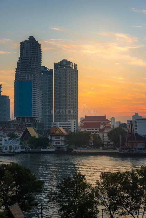 Arquitetura da cidade de Banguecoque com propriedade da margem e construção inacabado do arranha-céus imagem de stock royalty free