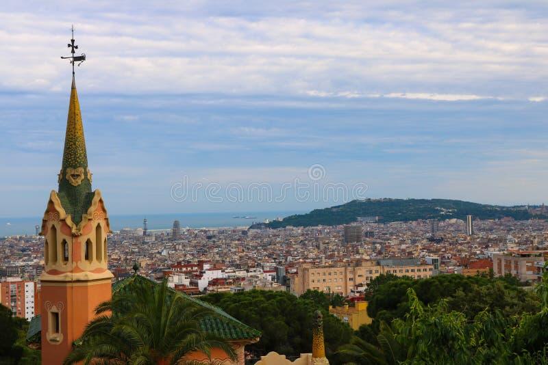 Arquitetura da cidade de Barcelona, tomada perto de Parc Guell em junho de 2018 fotos de stock