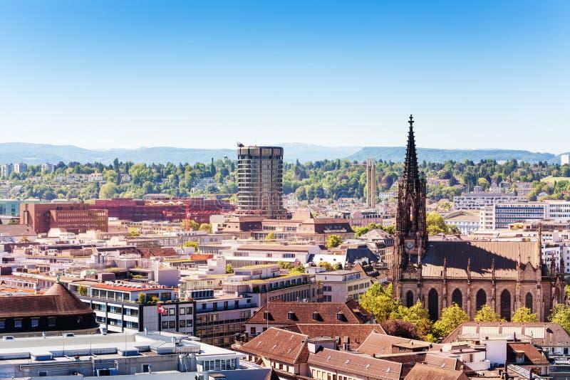 Arquitetura da cidade de Basileia e de igreja de Elisabethenkirche opinião, Suíça fotos de stock royalty free
