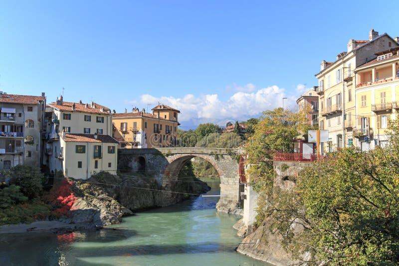 Arquitetura da cidade de Dora Baltea River e de Ivrea em Piedmont, Itália foto de stock