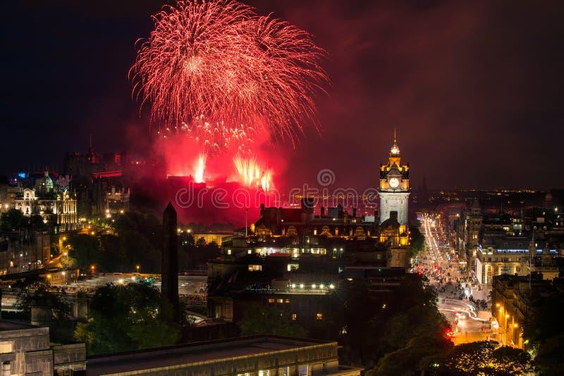Arquitetura da cidade de Edimburgo com fogos-de-artifício fotos de stock royalty free