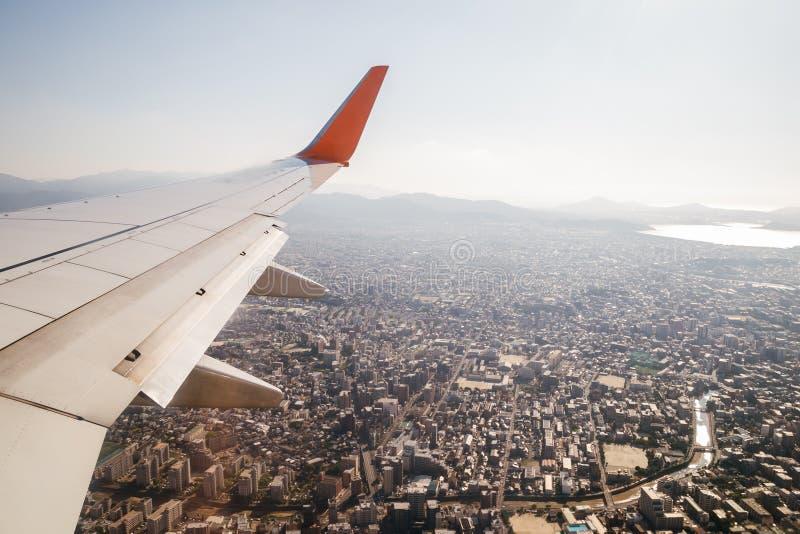 Arquitetura da cidade de Fukuoka com a asa do avião imagem de stock