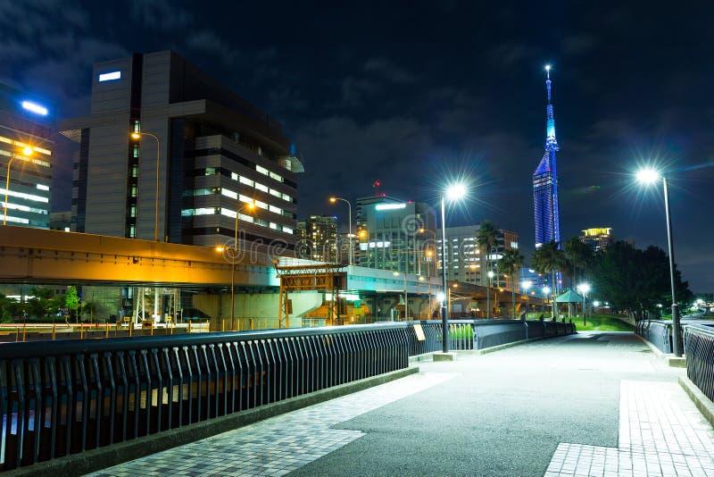 Arquitetura da cidade de Fukuoka na noite fotografia de stock
