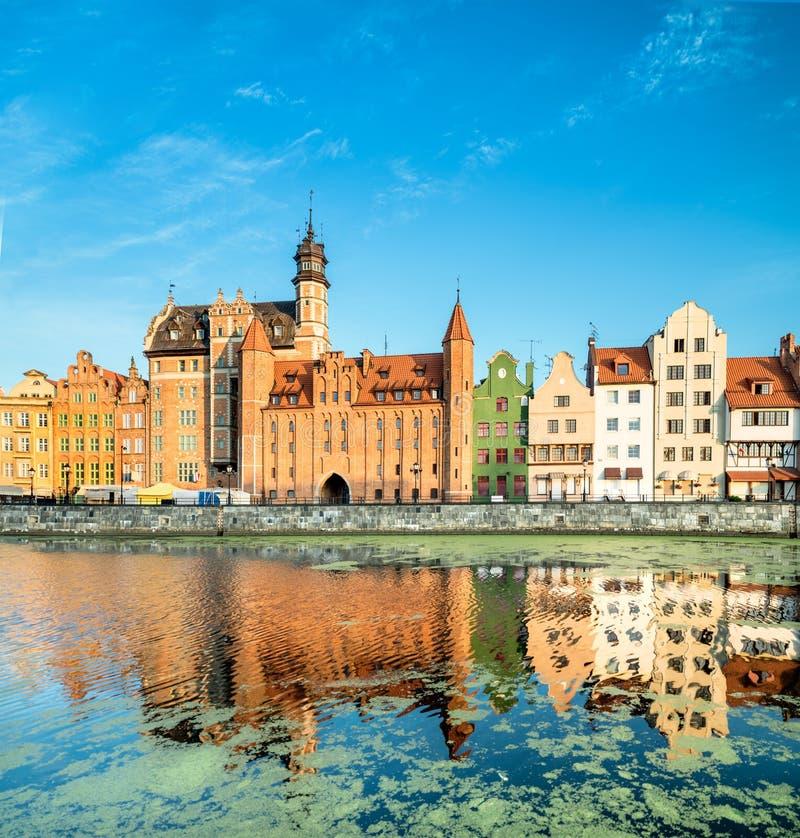 Arquitetura da cidade de Gdansk com reflexão cedo na manhã foto de stock royalty free