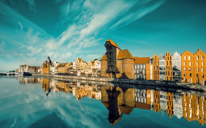 Arquitetura da cidade de Gdansk, vista através do rio foto de stock