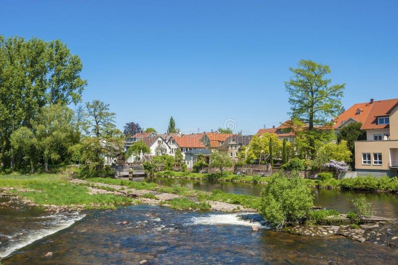 Arquitetura da cidade de Gernsbach com o rio de Murg, Floresta Negra, Baden- fotografia de stock royalty free