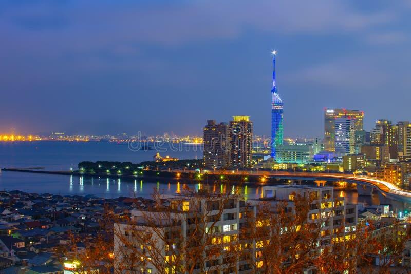 Arquitetura da cidade de Hakata na noite em Fukuoka, Japão foto de stock
