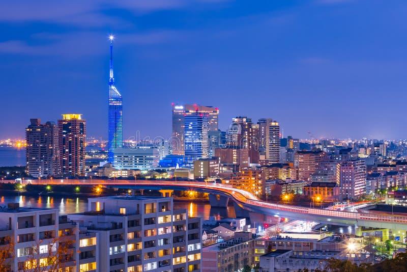 A arquitetura da cidade de Hakata no crepúsculo em Fukuoka, Japão fotografia de stock royalty free