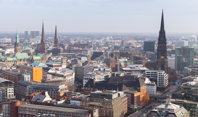 Arquitetura da cidade de Hamburgo, Alemanha Silhueta do homem de neg?cio Cowering foto de stock