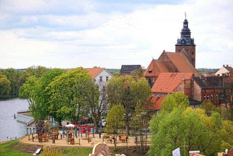 Arquitetura da cidade de Havelberg no rio de Havel com seu St Laurentius da igreja Campo de jogos na parte dianteira com povos fotografia de stock