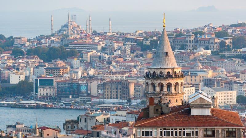 Arquitetura da cidade de Istambul com torre de Galata e alojamento maciço no chifre dourado, Istambul, Turquia fotografia de stock