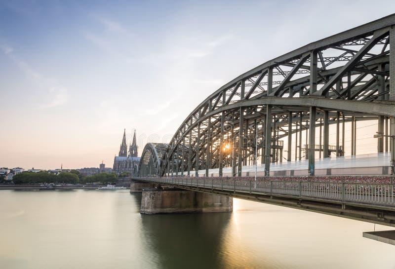 Arquitetura da cidade de Koln com a ponte da catedral e do aço, Alemanha imagens de stock royalty free