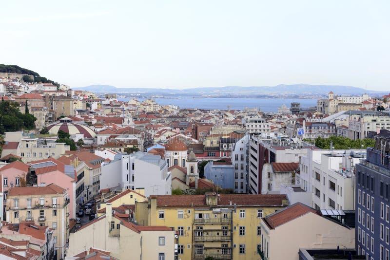 Arquitetura da cidade de Lisboa - castelo, catedral e telhados vermelhos fotografia de stock
