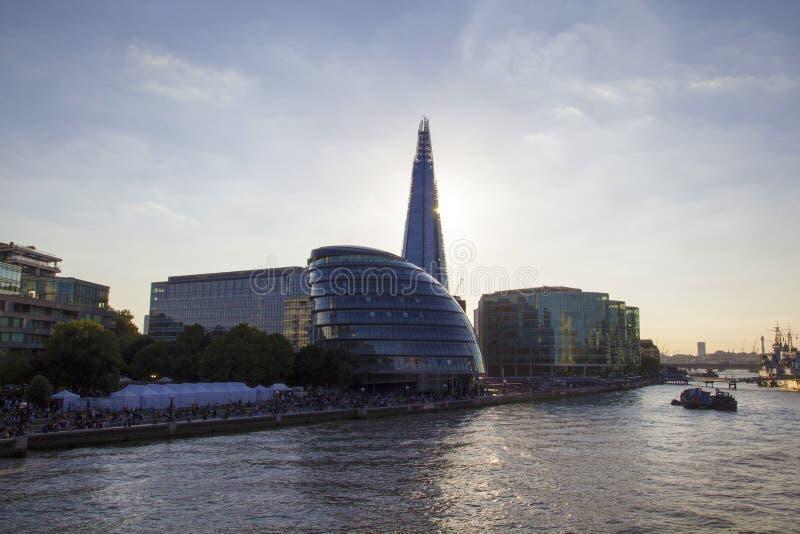 Arquitetura da cidade de Londres através do rio Tamisa com vista da câmara municipal as matrizes da Londres imagens de stock royalty free