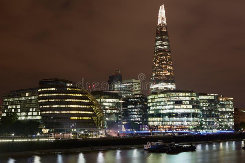 Arquitetura da cidade de Londres com câmara municipal e o estilhaço na noite imagens de stock royalty free