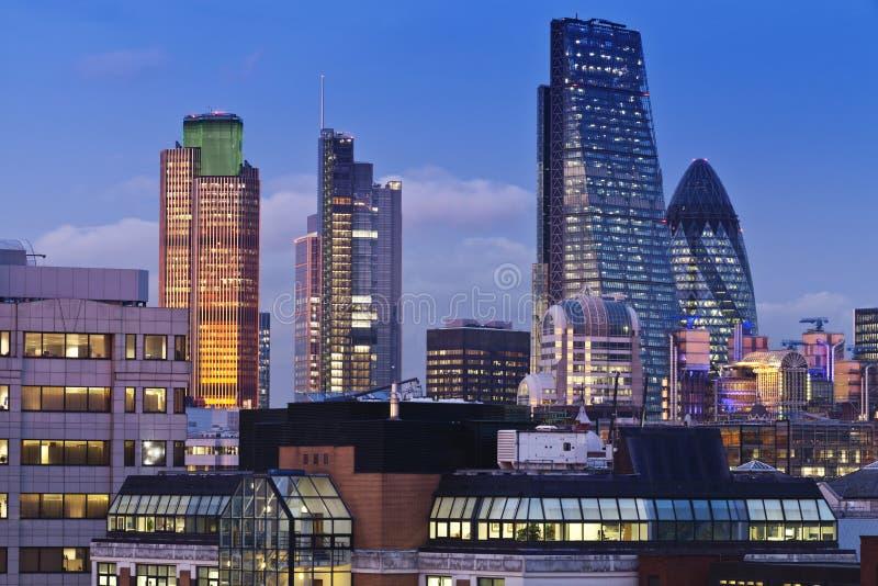 Arquitetura da cidade de Londres da noite imagem de stock