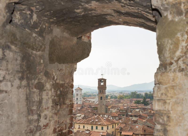 Arquitetura da cidade de Lucca da torre de Guinigi, Toscânia, Itália foto de stock