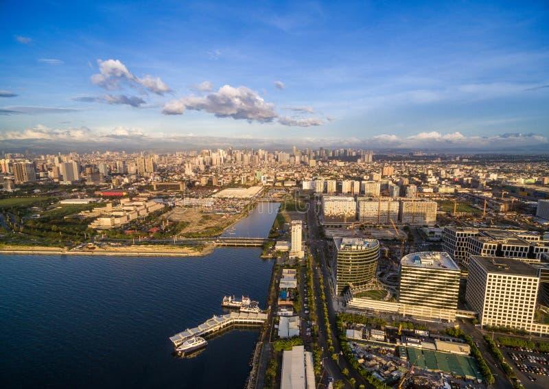 Arquitetura da cidade de Manila em Filipinas Luz do céu azul e do por do sol Cais no primeiro plano fotos de stock royalty free
