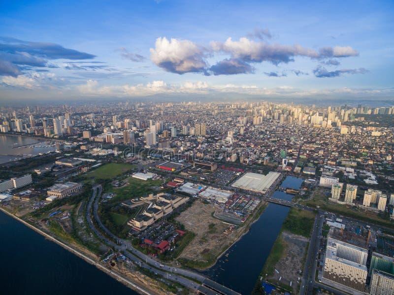 Arquitetura da cidade de Manila, Filipinas Bay City, área de Pasay Arranha-céus no fundo imagens de stock royalty free