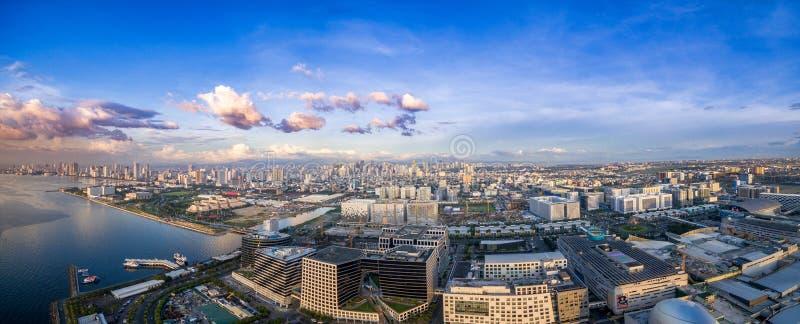 Arquitetura da cidade de Manila, Filipinas Bay City, área de Pasay Arranha-céus no fundo Alameda de Ásia no primeiro plano fotografia de stock